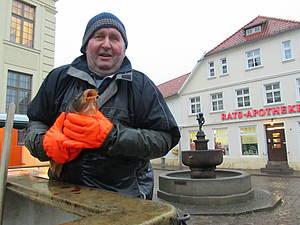 Fischer am Hechtbrunnen Teterow Foto Koch