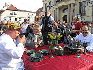 Fernsehkoch Johann Lafer verkostet Teterower Hechtsuppe Foto Koch